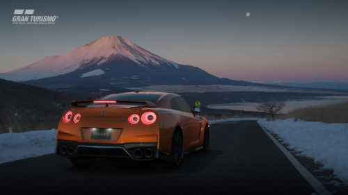 Nissan GTR navega por las carreteras de montaña cerca del incónico Monte Fuji de Japón a las afueras de Tokio.