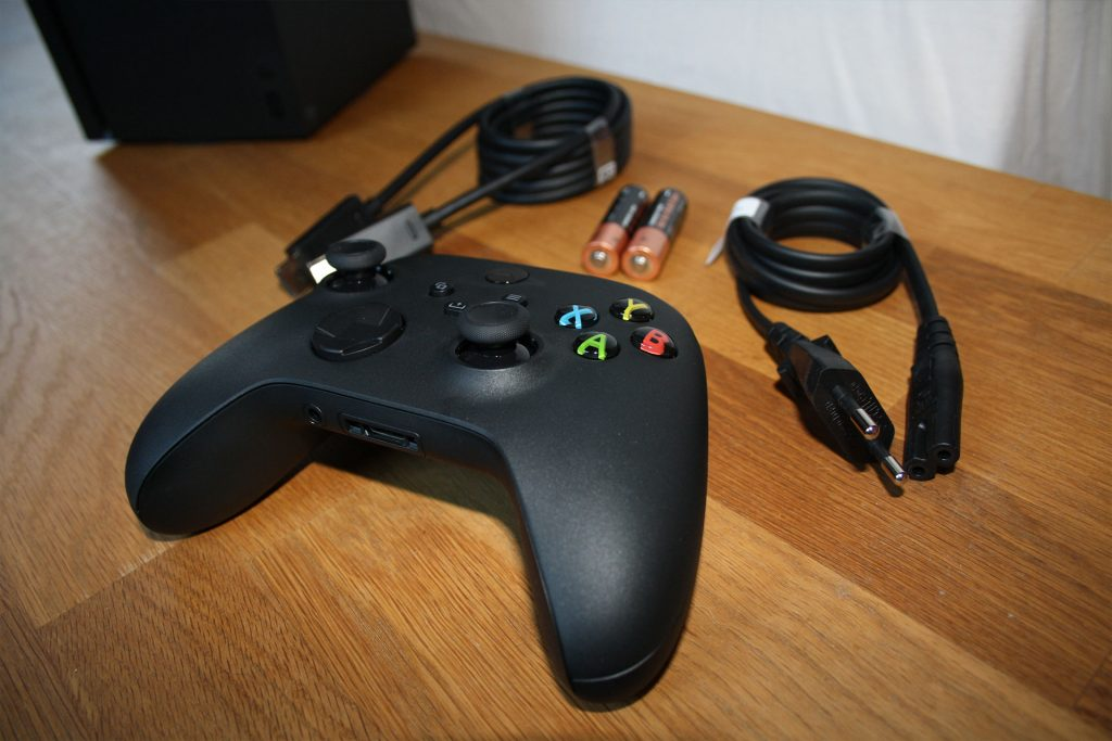 """Alcance de entrega de Xbox Series X """"class ="""" wp-image-609592 """"srcset ="""" https://images.mein-mmo.de/medien/2020/10/Xbox-Series-X-Lieferbedingungen-1024x683.jpg 1024w , https://images.mein-mmo.de/medien/2020/10/Xbox-Series-X-Lieferführung-300x200.jpg 300w, https://images.mein-mmo.de/medien/2020/10/ Xbox-Series-X-scope of delivery-150x100.jpg 150w, https://images.mein-mmo.de/medien/2020/10/Xbox-Series-X-Lieferführung-768x512.jpg 768w, https: // imágenes. mein-mmo.de/medien/2020/10/Xbox-Series-X-Lieferbedingungen-1536x1024.jpg 1536w, https://images.mein-mmo.de/medien/2020/10/Xbox-Series-X-Lieferbedingungen .jpg 1920w """"tamaños ="""" (ancho máximo: 1024px) 100vw, 1024px """"> Desempaquetamos la Xbox Series X y Series S y las capturamos en fotos.      <p>Pero, ¿qué pasa con otros accesorios y cómo se conectan?</p> <p><strong>¿Qué tan fácil es conectarse? </strong>Para la revisión, conecté el teclado y el mouse al puerto USB en Xbox Series X y S.</p> <p>Ambas consolas reconocieron inmediatamente el teclado (un Logitech G15). Con esto, también podría navegar por el menú. Sin embargo, el ratón no fue reconocido. </p> <p>No he notado ningún caso en el que necesite absolutamente un teclado. Bueno, los usuarios con contraseñas realmente largas podrían usarlo para ayudarse a sí mismos al iniciar sesión.</p> <p>Con los juegos en sí, depende de los desarrolladores si puede conectar dispositivos normales como teclados y ratones de PC. Algunos juegos como Call of Duty: Modern Warfare admiten la entrada en la consola con teclado y mouse, pero solo te permiten competir contra otros jugadores que también juegan con el teclado y el mouse. El tirador Apex Legends no tolera un mouse y un teclado las consolas.</p> <p>    <strong>Más información sobre los accesorios de Xbox Series X y Series S</strong></p> <p>¿Qué accesorios """"antiguos"""" se pueden conectar? Microsoft explica: <br />""""Cualquier accesorio de Xbox One con licencia oficial conectado por cable o de forma inalámbrica a su consola a través"""