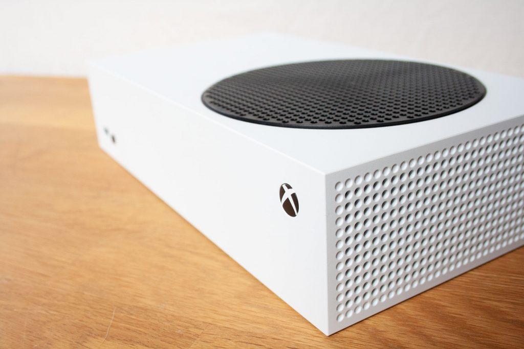 """Página de detalles de Xbox Series S """"class ="""" wp-image-609582 """"width ="""" 580 """"height ="""" 386 """"srcset ="""" https://images.mein-mmo.de/medien/2020/10/ Xbox-Series-S-Detail-Seite-1024x683.jpg 1024w, https://images.mein-mmo.de/medien/2020/10/Xbox-Series-S-Detail-Seite-300x200.jpg 300w, https: //images.mein-mmo.de/medien/2020/10/Xbox-Series-S-Detail-Seite-150x100.jpg 150w, https://images.mein-mmo.de/medien/2020/10/Xbox -Series-S-Detail-Seite-768x512.jpg 768w, https://images.mein-mmo.de/medien/2020/10/Xbox-Series-S-Detail-Seite-1536x1024.jpg 1536w, https: / /images.mein-mmo.de/medien/2020/10/Xbox-Series-S-Detail-Seite.jpg 1920w """"tamaños ="""" (ancho máximo: 580 px) 100vw, 580 px """"> Más imágenes de Xbox Series X y Puedes encontrar la Serie S en el unboxing de DLPrivateServer      <h2>A través de su conexión a Internet</h2> <p><strong>¿Para quién es este método?</strong> Usuarios con una conexión a Internet bastante fuerte y sin volumen de datos limitado o jugadores con mucha paciencia.</p> <p>¿Los requisitos se aplican a usted? Entonces los siguientes pasos son muy sencillos.</p> <p><strong>¿Como funciona?</strong> Inicie sesión en la consola con la cuenta de Microsoft que utilizó para comprar los juegos o canjear los códigos. Si eso sucedió, vaya a la página de inicio y proceda de la siguiente manera:</p> <ul> <li>Abre la descripción general de """"Mis juegos y aplicaciones""""</li> <li>Ahora seleccione """"Toda la biblioteca""""</li> <li>Haga clic en """"Todos los juegos propios""""</li> <li>Ahora simplemente seleccione los juegos que desea descargar y confirme la instalación</li> </ul> <p>Incluso tus partidas guardadas deberían volver a estar en Xbox Series X o Series S. Estos se guardan automáticamente a través de Xbox Live.</p> <p><strong>Puedes encontrar más información sobre Xbox Series X aquí:</strong></p> <ul id="""