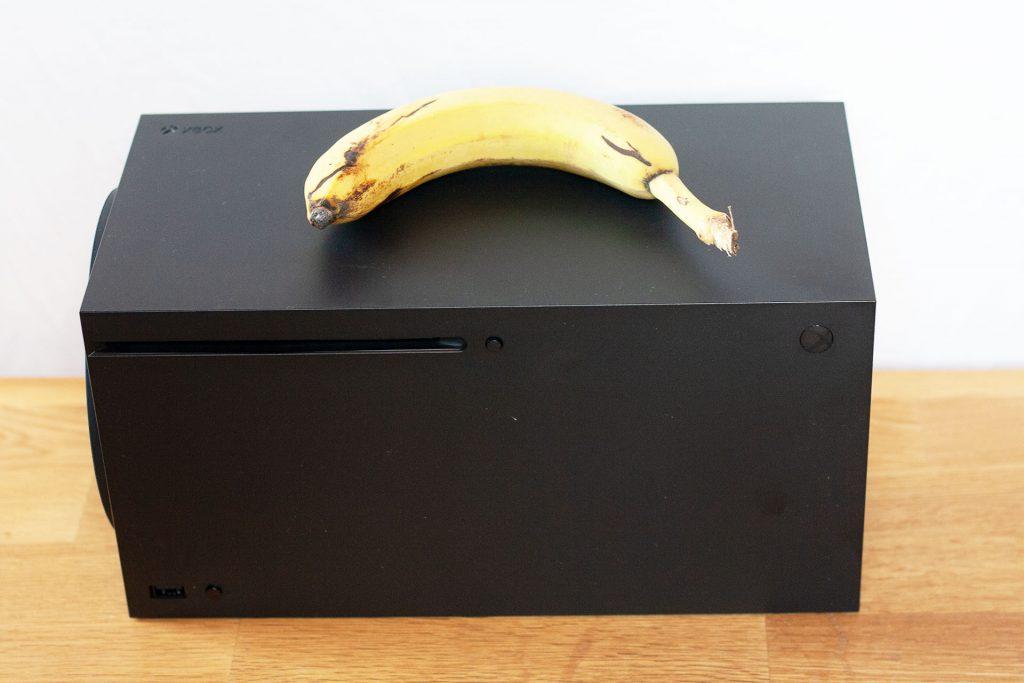 """Xbox-Series-X-Banana """"data-id ="""" 609586 """"data-full-url ="""" https://images.mein-mmo.de/medien/2020/10/Xbox-Series-X-Banane.jpg """" data-link = """"https://mein-mmo.de/xbox-series-x-banane/"""" class = """"wp-image-609586"""" srcset = """"https://images.mein-mmo.de/medien/ 2020/10 / Xbox-Series-X-Banane-1024x683.jpg 1024w, https://images.mein-mmo.de/medien/2020/10/Xbox-Series-X-Banane-300x200.jpg 300w, https: //images.mein-mmo.de/medien/2020/10/Xbox-Series-X-Banane-150x100.jpg 150w, https://images.mein-mmo.de/medien/2020/10/Xbox-Series -X-Banana-768x512.jpg 768w, https://images.mein-mmo.de/medien/2020/10/Xbox-Series-X-Banane-1536x1024.jpg 1536w, https://images.mein-mmo .de / medien / 2020/10 / Xbox-Series-X-Banane.jpg 1920w """"tamaños ="""" (ancho máximo: 1024px) 100vw, 1024px """"></li> </ul> <p>También sé que queda una sola pregunta en la mente. ¿Cómo terminó eso con el perro y el plátano?</p> <p>Y aquí te puedo tranquilizar. Ningún perro resultó herido en la sesión de fotos y no quedó con el estómago quejándose. Kyra tuvo un final feliz.</p> <p>    <img loading="""