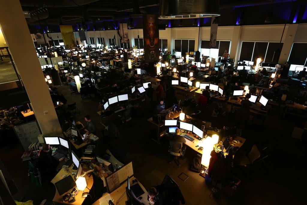 """Estación de trabajo Bungie """"class ="""" wp-image-580271 """"srcset ="""" http://dlprivateserver.com/wp-content/uploads/2020/10/Destiny-2-nos-ha-estado-prometiendo-el-futuro-durante-6.jpg 1024w, https: //images.mein -mmo.de/medien/2020/10/Bungie-Arbeitsplatz-300x200.jpg 300w, https://images.mein-mmo.de/medien/2020/10/Bungie-Arbeitsplatz-150x100.jpg 150w, https: / /images.mein-mmo.de/medien/2020/10/Bungie-Arbeitsplatz-768x512.jpg 768w, https://images.mein-mmo.de/medien/2020/10/Bungie-Arbeitsplatz.jpg 1440w """"tamaños = """"(max-width: 1024px) 100vw, 1024px""""> Estas fotos de Bungie hicieron soñar a los jugadores en ese entonces. Fuente: GamesIndustry.Biz     <p>La promesa resonó con él: Cientos de empleados ciertamente trabajarían día y noche en contenido nuevo para que surgiera una especie de """"WoW, solo como un tirador"""": un universo propio que crece, respira, tiembla y mejora cada vez más.</p> <p>Cualquiera que jugara Destiny podría verlo florecer en sus mentes durante los próximos años.</p> <p>Todo el juego parecía que iba a crecer durante 10 años. No tenías que prometerles eso a los jugadores, ellos descubrieron cómo sería durante los próximos 10 años:</p> <ul> <li>Siempre habría nuevas zonas, nuevos equipos, nuevos oponentes, nuevas clases: lo que ya estaba allí y lo que todos podían jugar, solo que cada vez más y mejor. </li> <li>Destiny sabía y se sentía innovador y fantástico gracias al tiroteo, ahora esperabas la búsqueda prometida.</li> <li>La primera incursión, la Cámara de Cristal, fue una experiencia para muchos. Aquí, los tiradores en línea recibieron un toque de incursiones de WoW. ¿Cómo se vería eso en unos años?</li> </ul> <p> <img loading="""