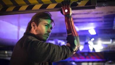 Hombre con una sola mano obtiene un brazo robótico genial como en Metal Gear Solid