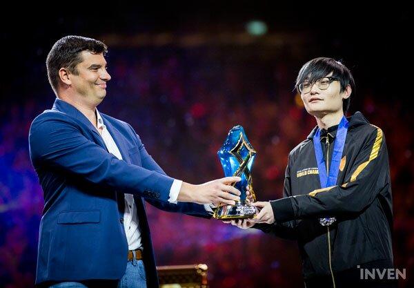 """LoL-Tian-Finals-MVP """"class ="""" wp-image-459338 """"srcset ="""" http://dlprivateserver.com/wp-content/uploads/2021/03/LoL-el-gobierno-chino-ahora-puede-promover-a-los-profesionales.jpeg 600w, https : //images.mein-mmo.de/medien/2020/01/LoL-Tian-Finals-MVP-300x209.jpeg 300w, https://images.mein-mmo.de/medien/2020/01/LoL- Tian-Finals-MVP-150x104.jpeg 150w """"size ="""" (max-width: 600px) 100vw, 600px """"> Aquí el chino Tian obtiene el premio como MVP de las Finales en el LoL Worlds 2019. Fuente de la imagen: Inven     <p><strong>Eso está detrás de eso</strong>: China parece haber reconocido los deportes electrónicos como un factor importante para ganar importancia y reconocimiento internacional. Corea del Sur ya ha completado este desarrollo: consideran a los profesionales de LoL como Faker como un santuario nacional.</p> <p>En la regulación china, la promoción después de """"4 años"""" parece bastante extraña, ya que la carrera de un profesional de los deportes electrónicos es sorprendentemente corta. En China en particular, los profesionales de LoL literalmente fueron quemados durante años y las carreras de muchos profesionales terminaron después de unos pocos años. Pocos de ellos pasaron de los 22 o 23 años como profesionales.</p> <p>Incluso uno de los mejores jugadores chinos de LoL, el legendario ADC Uzi, terminó su carrera desde el principio.</p> <p>Uno de los mejores jugadores de LoL de todos los tiempos se retira: la salud se rompe a los 23</p>   </div><!-- .entry-content /-->  <div id="""